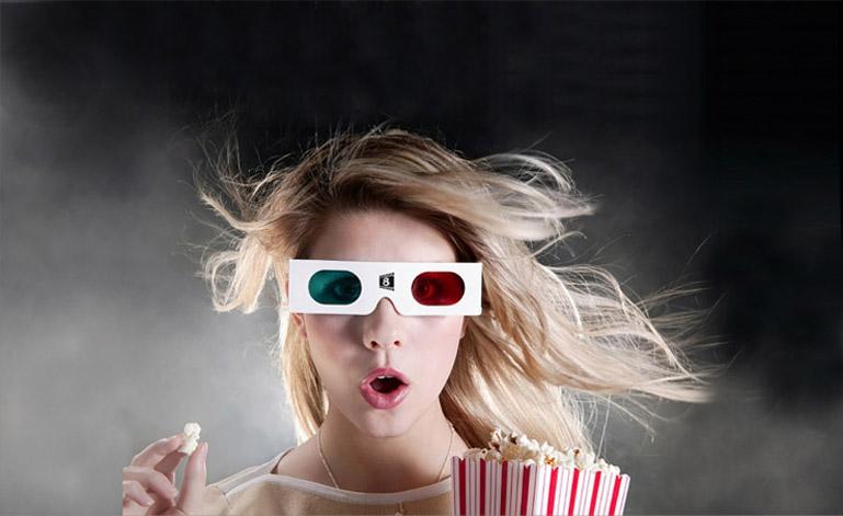ID Chica 3D. Diseño previo. Transmite la experiencia de maravilla del cine, en la expresión de la actriz, sin perder la complicidad mediante un guiño al espectador con los elementos de las gafas 3D y las palomitas.