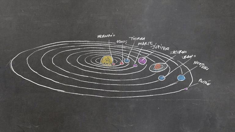 Otro detalle de uno de los elementos dibujados a tiza en la pizarra, en este caso una representación del Sistema Solar (Duplo)