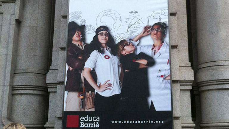 Aplicaciones de la campaña realizadas por la agencia, en las sedes de las Fundaciones de Coruña y Vigo.