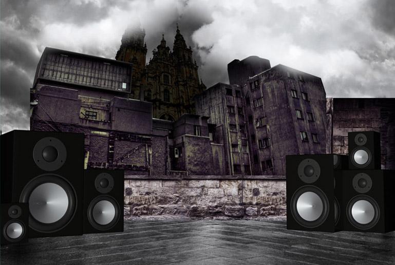 Espacio perteneciente al diseño de escenarios de la pieza, donde se mezclan elementos de la cultura del Hip-Hop como los bafles, con elementos del imaginario gallego como la Fachada del Obradoiro de la Catedral de Santiago de Compostela.